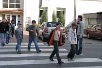 Děti často přebíhají silnici bezmyšlenkovitě. Při cestě do školní jídelny nebo zpět na to pak mohou doplatit.