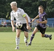 Daniel Krtek (v bílém dresu) pořádně větral obranu Vrchoviny. V průběhu zápasu se dostal do dvou velmi dobrých šancí, ale gólově se neprosadil. N snímku ho stíhá Martin Horáček.