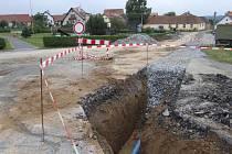 Část opravovaného vodovodu vede pod silnicí v Bratřicích. Provoz je tam nyní omezen.