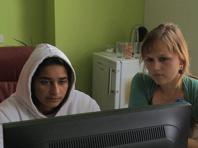 Dokument mapuje osudy tří dívek.