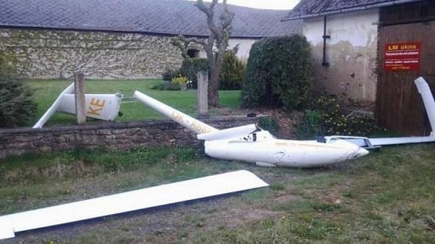 Poblíž rodinného domu u Petrovic na Humpolecku spadl v sobotu večer ultra-light. Pilot malého letadla, který nezvládl přistávací manévr, se lehce zranil.