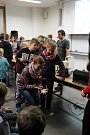 Zájemci si na pelhřimovském gymnázium vyzkoušeli spoustu zajímavých pokusů.