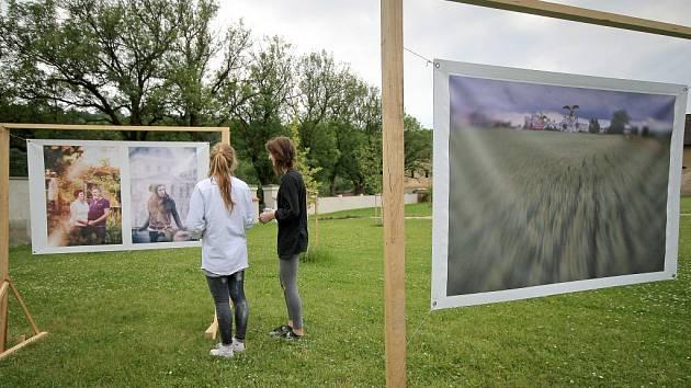 Už týden je součástí zahrad želivského kláštera expozice fotografií s názvem Bezdrátově.