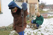Dva stálí obyvatelé stavení, Alois a Anežka Blažkovy ale zůstávají i v noci venku – jsou jimi totiž dvě figuríny vycpané slámou a oblečené do skutečných obleků.