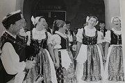 1982 – Mírová slavnost s Květy Pelhřimov. Po několikaletém snažení se soubor dočkal pozvání na okresní mírovou slavnost s Květy, která se v roce 1982 uskutečnila v Pelhřimově.