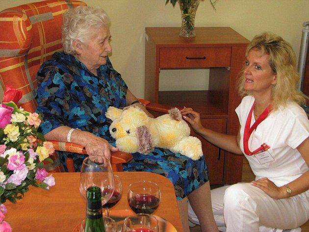 První obyvatelkou nového domova seniorů je dvaadevadesátiletá pelhřimovská rodačka Božena Nováková, která strávila předchozích čtrnáct měsíců v nemocnici.