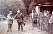 Zakončení místní střelecké soutěže z malorážky v dubnu 1977. Karel Duffek st., předseda organizace Svazarmu, předává ceny Karlu Duffkovi ml. Vpředu zleva jsou Josef Baloun, František Šedivý, pan Skřivánek a Jaroslav Mrkvička. Vzadu zleva pak Miloslav Burd