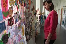 Od tohoto pondělí je v prostorách zámku v Pacově k vidění výstava dětských prací žáčků tamní mateřské školy Jatecká, která nese příznačný název Rok ve školce.