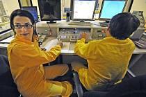 ¨Dříve výlučně mužské zaměstnání teď vykonává devětadvacetiletá Julie Krsková (na snímku) a o dva roky mladší Monika Mervartová.