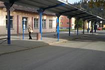 Střecha nádraží je opravena, nové hodiny a osvětlení jsou na svých místech.