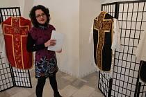 Výstava Látky s vůní kadidla ve výstavní síni zámku pánů z Říčan Muzea Vysočiny Pelhřimov.
