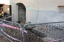 Rynárecká brána prošla větší opravou před dvěma lety, jenže hned po dvou měsících opadala omítka v místech, kde se v průchodu pro pěší vyvěšují parte.