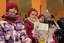 Jak první se v Pelhřimově letos stali nově pasovanými čtenáři prvnáčci z 1. A ZŠ Komenského.