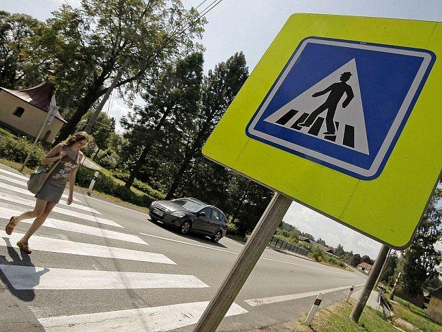 Pravíkovští se začátku školního roku obávat nemusí. V jejich obci přechod pro chodce pěkně svítí a není důvod, aby děti frekventovanou vozovku bezpečně nepřešly. To v nedalekém Myslotíně přechod nahradila dopravní značka.