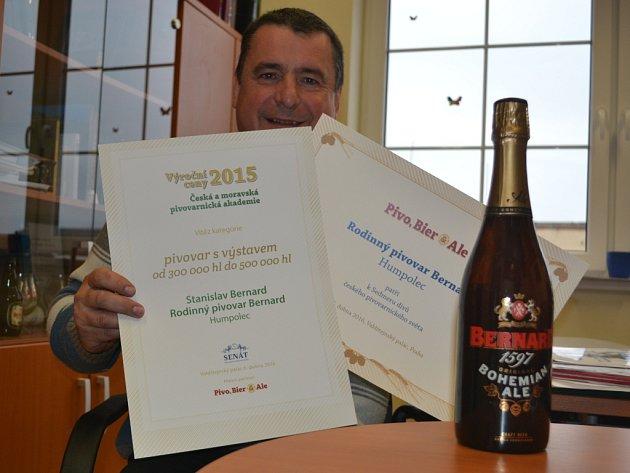 Zdeněk Mikulášek ukazuje diplom za první místo v kategorii, do níž humpolecký pivovar patří teprve od loňského roku. Vidět je i lahev s oceněnou etiketou.