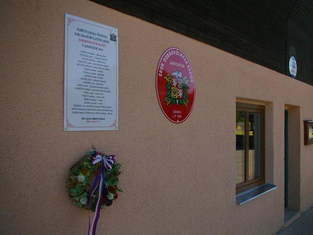 Celkem pětadvacet jmen je zaznamenáno na pamětní desce, kterou o víkendu na budově zbrojnice spojené s autobusovou zastávkou odhalili dobrovolní hasiči v Janovicích.