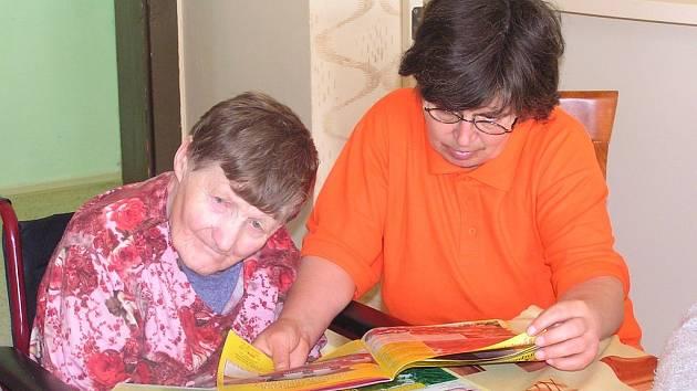 Lidé ze zvláštního oddělení prosečského domova důchodců tráví hodně času ve skupině. Společně listují novinami i navštěvují terapie.