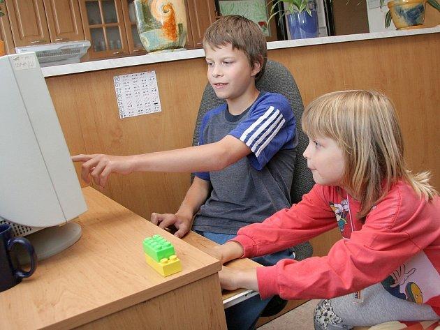 Pokud děti zrovna netráví volné chvíle venku, rády si zahrají hry na počítači.