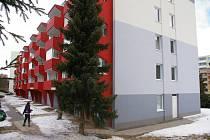 Panelový dům v pelhřimovské Dolnokubínské ulici je čerstvě opravený, uvnitř však plane letitý spor.