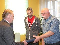 Starosta František Kučera předává dar Janu a Jaroslavu Čechovi.