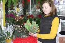 Nejžádanějším zbožím  na sv. Valentýna bývají  květiny. V kurzu zůstávají červené růže , frézie či tulipány. Ty na snímku aranžuje  květinářka Kateřina Hernová.