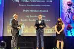 Jelikož v Kulturním domě Máj bylo dočasně zřízeno očkovací centrum, uskutečnilo se předání Cen města Pelhřimova v Městském divadle Lubomíra Lipského.