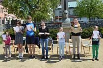 Děti a mladí čtenáři seznámili v sobotu odpoledne v parku před humpoleckou knihovnou své rodiče i prarodiče s knihami, které rádi čtou.
