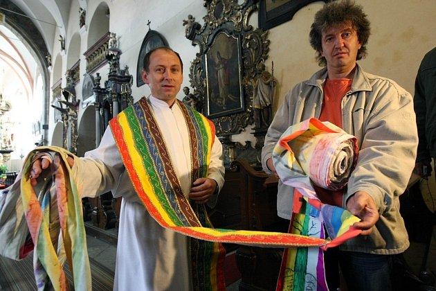 Děti vytvořily čtvrt kilometru dlouhou kněžskou štólu