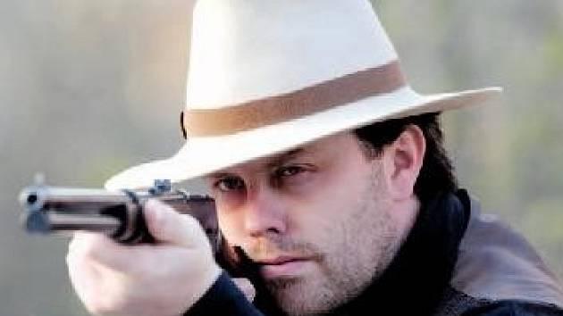 Zalíbení v kovbojském dovádění vydrželo Zdeňkovi Kolčavovi až do dospělosti. A ve střelbě je mistrem.