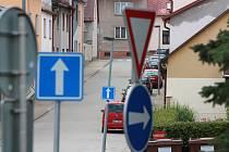 Friedova ulice je kompletně jednosměrná.