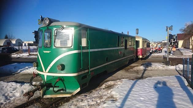 OBRAZEM: Na kamenickém přejezdu vykolejil vlak