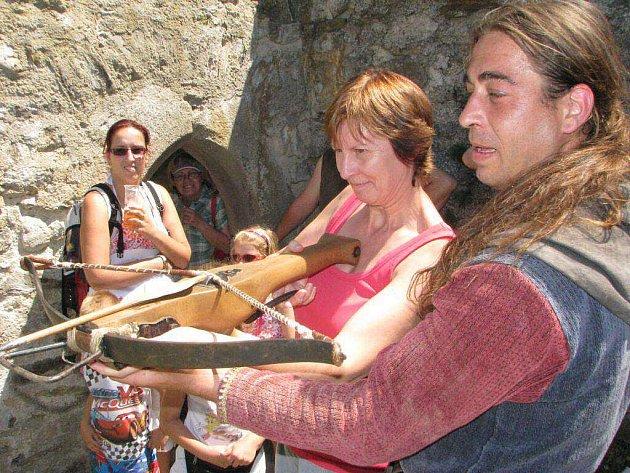 Hradní oslavy: středověk může i pobavit.
