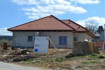 Koncem června by se do dvou domů u Dusilovského rybníku v Humpolci (na snímku) mělo přestěhovat dvanáct klientů s mentálním postižením z těchobuzského Domova Jeřabina.