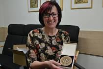 Alena Kukrechtová z Humpolce v březnu převzala medaili druhého stupně Ministerstva školství a mládeže za svou vynikající pedagogickou činnost.
