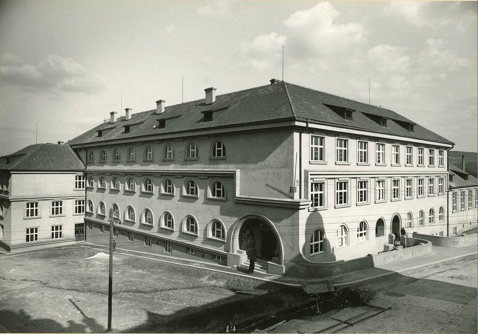 Budova pelhřimovského gymnázia po dostavbě.