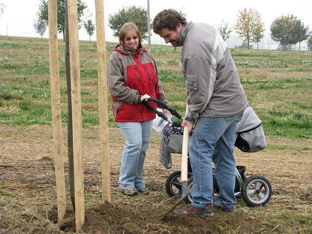 U sázení stromků se rodiče pobavili. Zasadit strom pro svou dceru Elišku přišli i manželé Dědičovi.