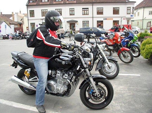 Sedmadvacet motorkářů najednou se přivalilo v sobotu okolo poledne na pelhřimovské Tržní náměstí.