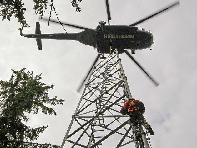 Stavba mobilního vysílače nad Zajíčkovem byla prováděna pomocí vrtulníku