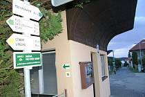 K autobusové čekárně ve Veselé byl umístěn nový turistický rozcestník.
