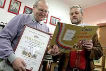 Peter Volna (vlevo) obdržel v úterý dopoledne z rukou Luboše Rafaje z agentury Dobrý den certifikát o vytvoření rekordu o největší tematicky zaměřenou kolekci vyšívaných obrazů.