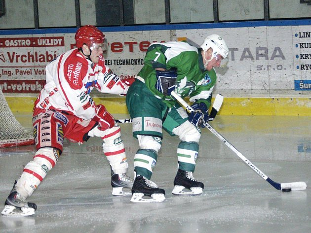 V neděli se pelhřimovští hokejisté (na snímku vlevo je Petr Votápek) představí v Kutné Hoře. Soupeři mají co vracet, letos s ním dvakrát prohráli. Navíc Spartak v současné sitaci potřebuje body doslova jako sůl.