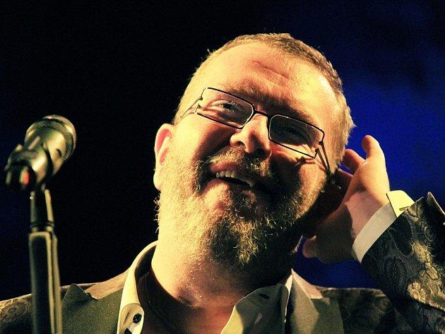 Zpěvák Richard Müller má v pátek koncert na Pelhřimovsku. Do Božejova pozval zpěváka tamní farář a bývalý novinář Karol Lovaš.