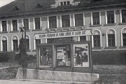Zušlechťovací sklářské provozy tak byly umístěny v rekonstruovaném objektu dřívějšího okresního soudu v Kamenici nad Lipou, který dodnes stojí v Masarykově ulici.
