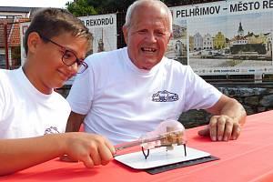 Děd a vnuk vytvořili rekord v žárovce