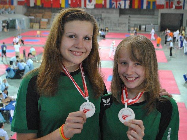 Tereza Schindlerová (vlevo) a Dominika Hronová se radovaly ze zisku druhých míst.