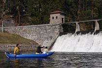 Poté, co se sejde dostatek příznivců mokrého sportu, začíná Pod Malou přehradou v Želivě pohodový sjezd.
