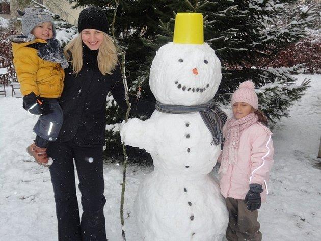Tento sněhový fešák zdobil až do minulého pátku zahradu Mateřské školy Bambi kindergarten v Humpolci. Šálu mu půjčil jeden z tatínků.
