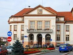 Okna na radnici v Pacově jsou původní. Stejně jako objekt pochází z 20. let minulého století.