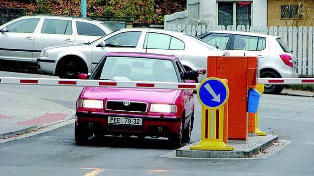 Závory pouští motoristy do pelhřimovské nemocnice bezmála čtyři měsíce. Přeplnění areálu auty pominulo, řidiči se na parkovištích díky hodině zdarma prostřídají.