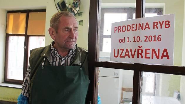 Rybář Josef Zajíček odchází do důchodu. Prodejna ryb v centru města bude od zítřka uzavřena.